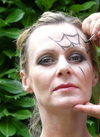 maquillate-una-telarana-o-dos-por-halloween-2014-paso-a-paso-pinta-la-telaraña-por-encima-del-ojo