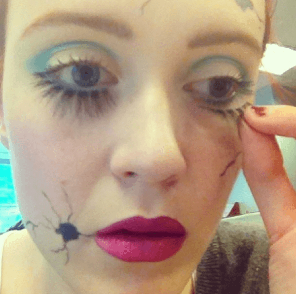 maquillaje-para-disfrazarse-de-muñeca-de-halloween-2014-paso-a-paso-pestañas