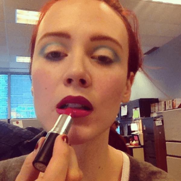 maquillaje-para-disfrazarse-de-muñeca-de-halloween-2014-paso-a-paso-pintalabios