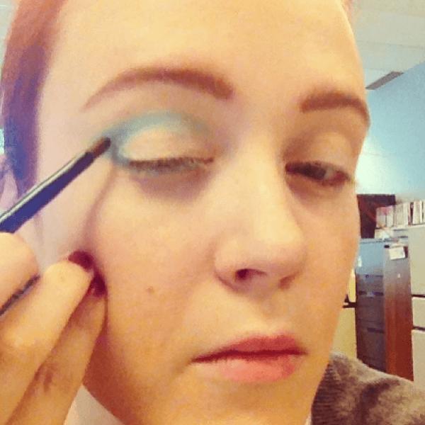 maquillaje-para-disfrazarse-de-muñeca-de-halloween-2014-paso-a-paso-sombra-azul