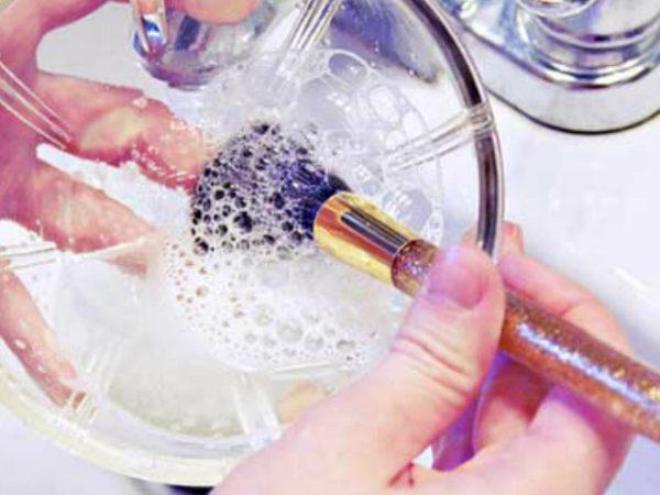 como-limpiar-el-maquillaje-de-las-brochas