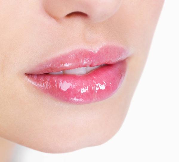 maquillaje-para-un-vestido-rosa-amarillo-labios-gloss