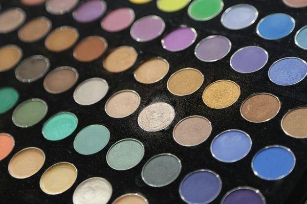 sombras-de-ojos-vestidos-blancos-negros-ojos-paleta-colores