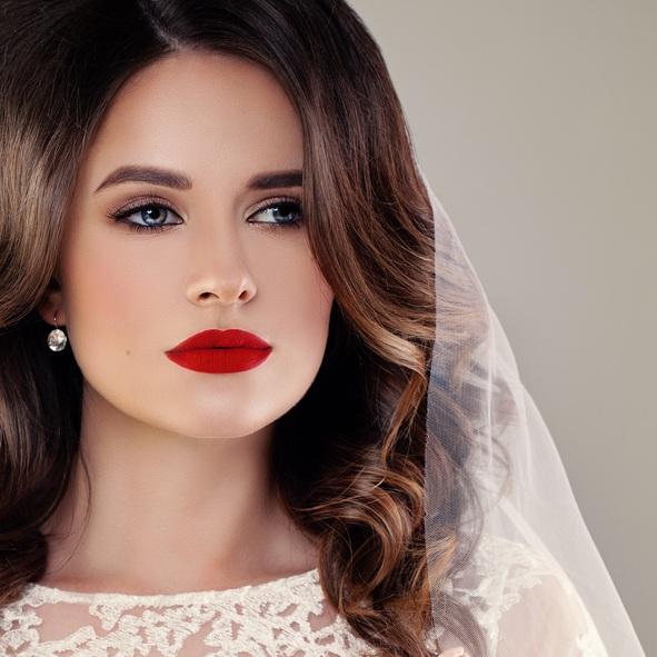 Maquillaje de novia de noche con labios rojos