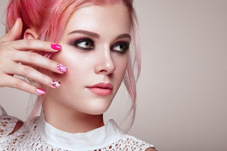 Maquillaje de novia de noche en tonos rosados