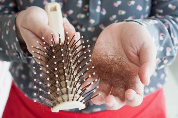 la-alopecia-en-mujeres-mujer-cepillo-pelos
