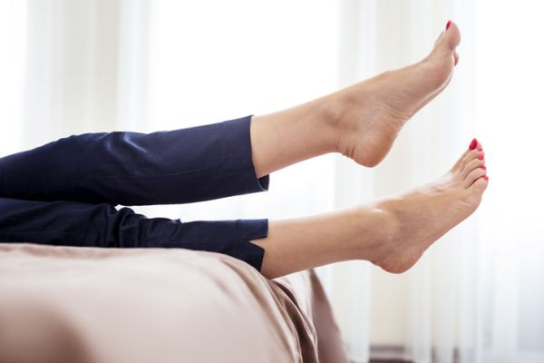 como-hacer-un-gel-refrescante-para-piernas-natural-istock2