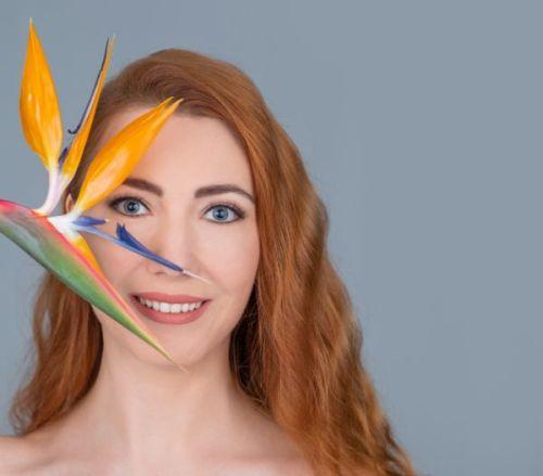 efectos-del-sulfato-en-el-pelo-mujer-flor-strelitzia-istock