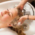 efectos-del-sulfato-en-el-pelo-mujer-lavado-de-cabeza-istock